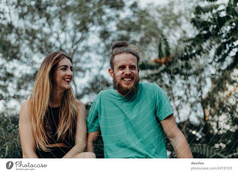 Cooles alternatives Paar, das Spaß in der Natur hat. Lifestyle Freude Frau Erwachsene Freundschaft 2 Mensch 18-30 Jahre Jugendliche Wald blond Vollbart Lächeln
