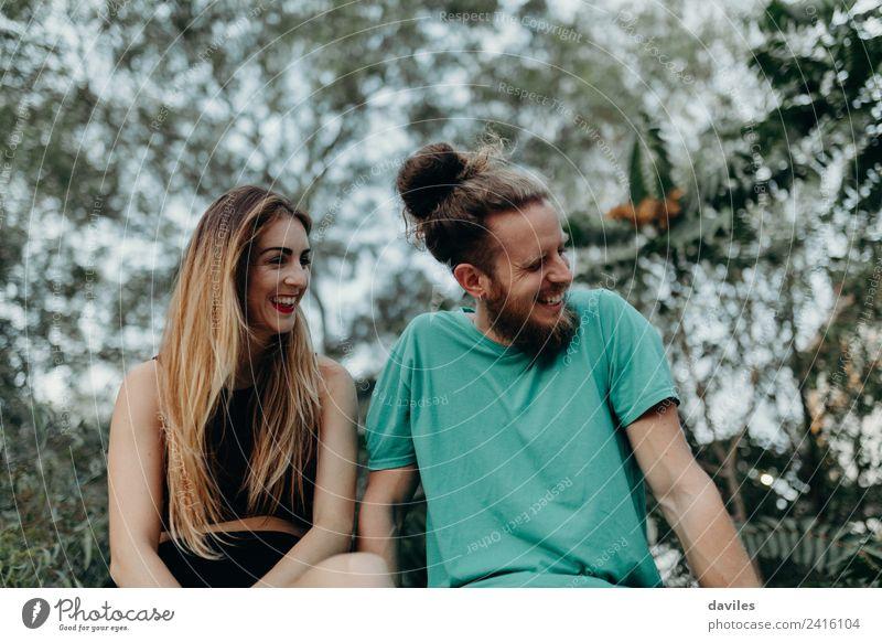 Junges Paar, das im Freien lacht. Lifestyle Freude Glück schön Frau Erwachsene Freundschaft 2 Mensch 18-30 Jahre Jugendliche Natur Wald blond Vollbart Lächeln