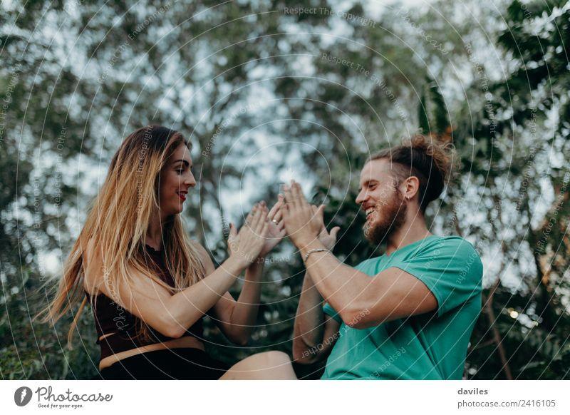 Cooles alternatives Paar, das gerne im Freien spielt. Lifestyle Freude Glück schön Frau Erwachsene Freundschaft 2 Mensch 18-30 Jahre Jugendliche Natur Wald