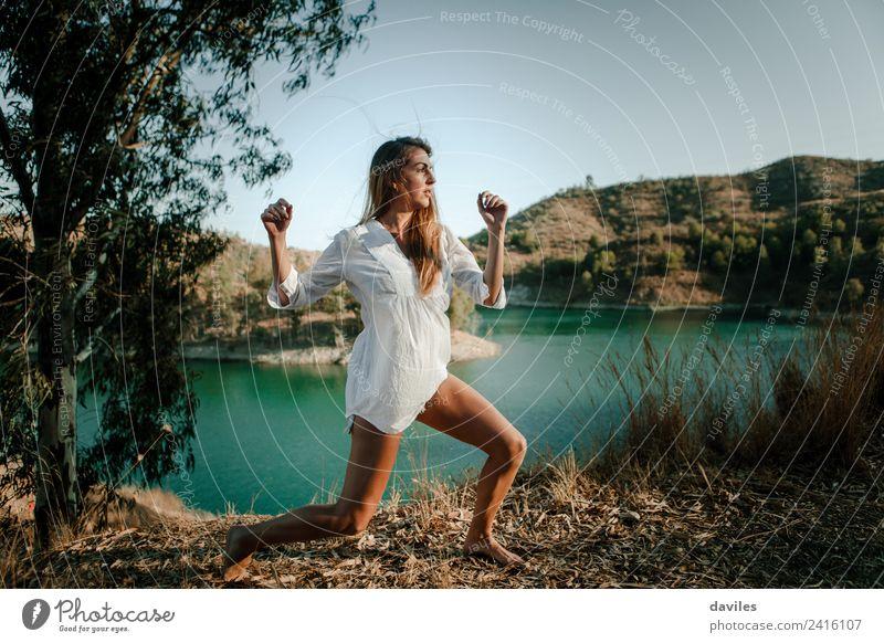 Frau Mensch Natur Jugendliche Sommer schön grün Sonne weiß Wald Berge u. Gebirge 18-30 Jahre Erwachsene Lifestyle natürlich Glück