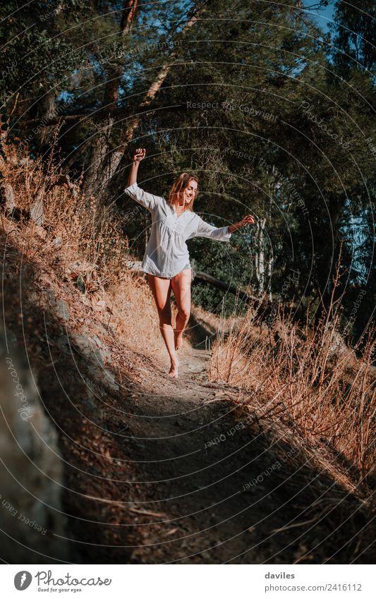 Frau Mensch Natur Jugendliche Landschaft weiß Wald Berge u. Gebirge 18-30 Jahre Erwachsene Lifestyle Wege & Pfade Glück Freiheit wild wandern