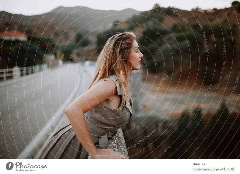 Nette blonde Frau, die auf einer Brücke auf die Straße schaut. Lifestyle schön Ferien & Urlaub & Reisen Tourismus Mensch feminin Erwachsene 1 18-30 Jahre