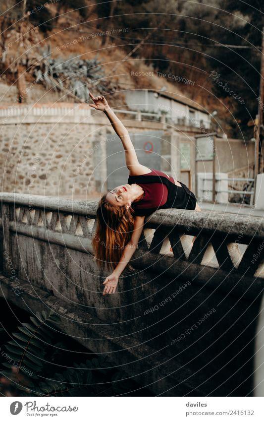 Blonde Frau lehnt mit offenen Armen auf einer Brücke und tanzt. Lifestyle schön Ferien & Urlaub & Reisen Tourismus Mensch feminin Erwachsene 1 18-30 Jahre