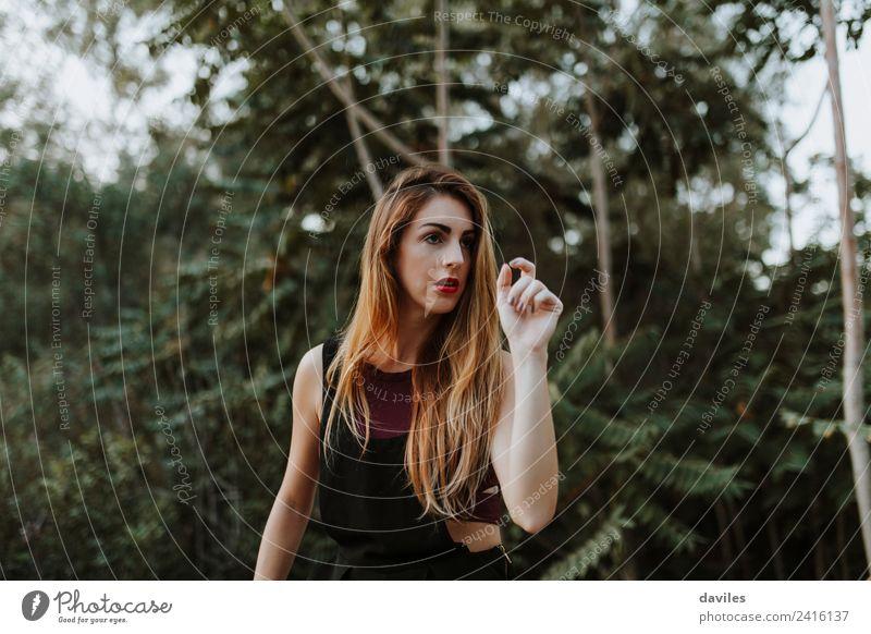 Frau Mensch Natur Jugendliche Sommer Pflanze grün Landschaft Baum Wald Berge u. Gebirge 18-30 Jahre Erwachsene Lifestyle natürlich Freiheit
