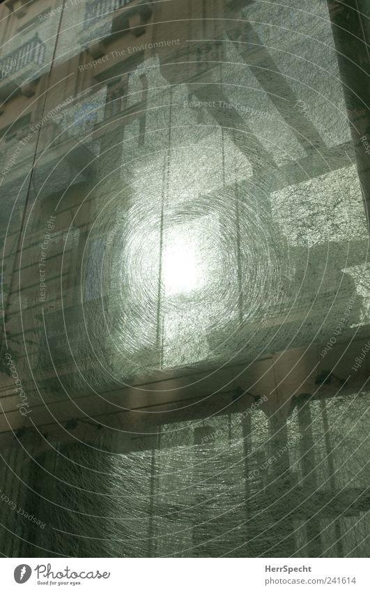 Fahrstuhl zum Licht springen grau Riss Parkhaus Durchblick Glasscheibe Mechanismus