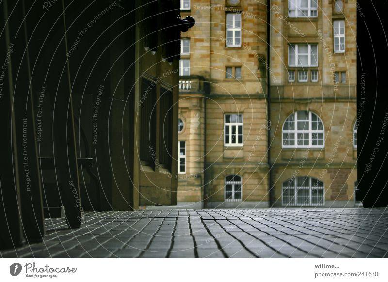Tag der offenen Tür offene Tür Gebäude Fenster Fliesen u. Kacheln Ausgang dunkel historisch Menschenleer Museum Museumsgebäude Haus Bauwerk Architektur Fußboden