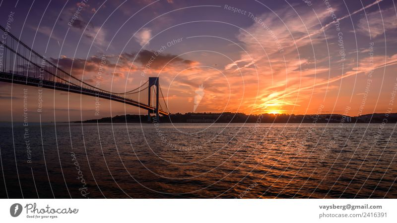 Sonnenuntergang über der Verrazano Brücke, aufgenommen in Brooklyn, NY Umwelt Natur Landschaft Urelemente Wasser Himmel Wolken Nachthimmel Horizont