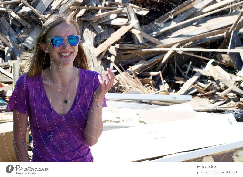 WorldEndParty/01 (Soldaten nahezu ganze Armeen) Lifestyle Stil feminin Junge Frau Jugendliche Mensch T-Shirt blond Holz Lächeln Rauchen trashig Stimmung Freude