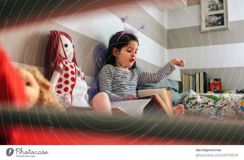 Frau Kind Mensch Erwachsene Lifestyle lustig Glück klein Spielen Freundschaft sitzen Lächeln Kreativität authentisch Buch Flügel