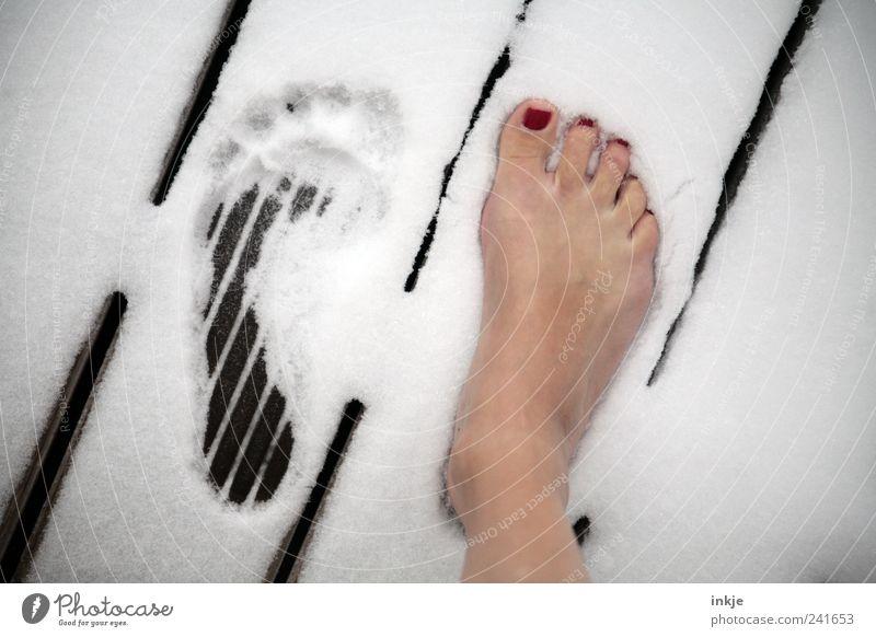 summer meets winter weiß schön Sommer Winter Leben kalt feminin Schnee Wärme Wege & Pfade Fuß Gesundheit stehen Wandel & Veränderung Sauberkeit Wellness