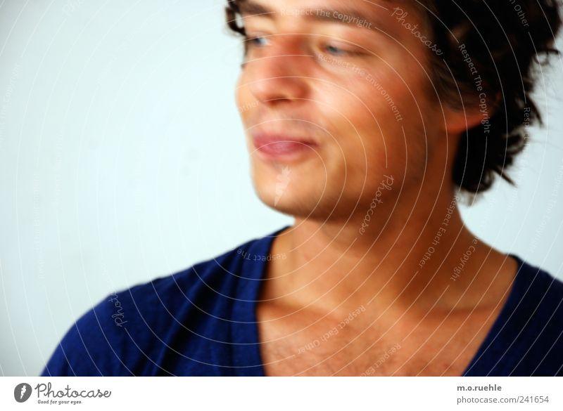 TOO MUCH Lifestyle Stil Design Mensch maskulin Junger Mann Jugendliche Haut Kopf Mund Lippen 1 18-30 Jahre Erwachsene T-Shirt schwarzhaarig Bewegung Lächeln