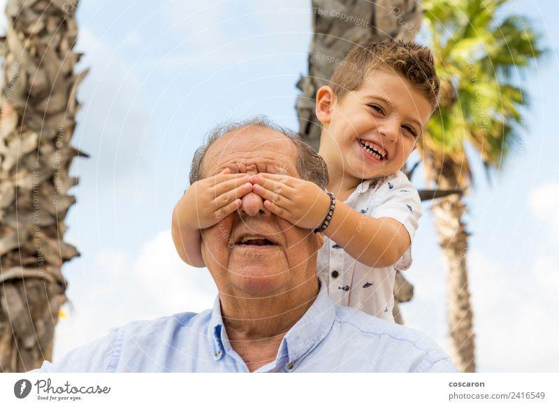 Enkel, der die Augen seines Großvaters bedeckt. Lifestyle Glück Erholung Freizeit & Hobby Spielen Kind Ruhestand Junge Mann Erwachsene Familie & Verwandtschaft