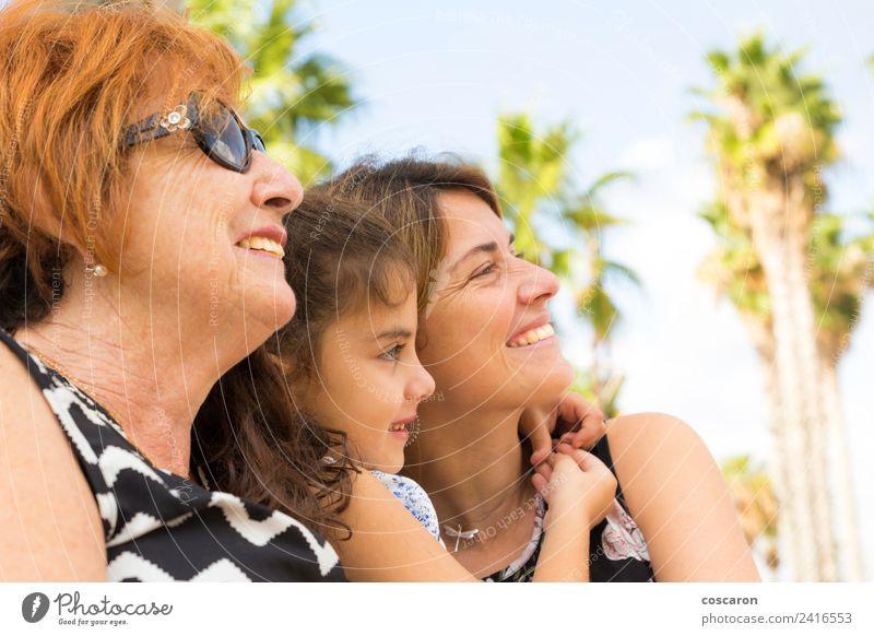 Drei Generationen von Frauen Lifestyle Glück Erholung Sommer Kind Erwachsene Eltern Mutter Großvater Großmutter Familie & Verwandtschaft Natur Park alt Lächeln
