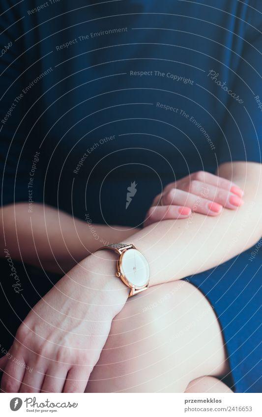 Elegante Frau im blauen Kleid und goldener Armbanduhr. Lifestyle elegant Stil Uhr Business Mensch Junge Frau Jugendliche Erwachsene Körper Hand 1 18-30 Jahre