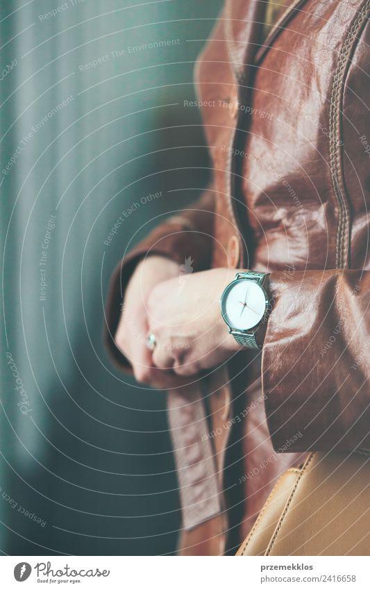 Elegante Frau mit Ledermantel und silberner Armbanduhr. Lifestyle elegant Stil Leben Uhr Mensch Junge Frau Jugendliche Erwachsene Körper Hand 1 18-30 Jahre Mode