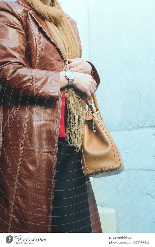 Frau mit Ledermantel und silberner Armbanduhr Lifestyle elegant Stil Uhr Mensch Junge Frau Jugendliche Erwachsene Körper 1 18-30 Jahre Mode Bekleidung Mantel