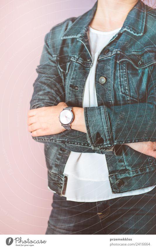 Frau trägt eine silberne Armbanduhr und eine Jeansjacke. Lifestyle elegant Stil Leben Uhr Mensch Junge Frau Jugendliche Erwachsene Körper 18-30 Jahre Mode