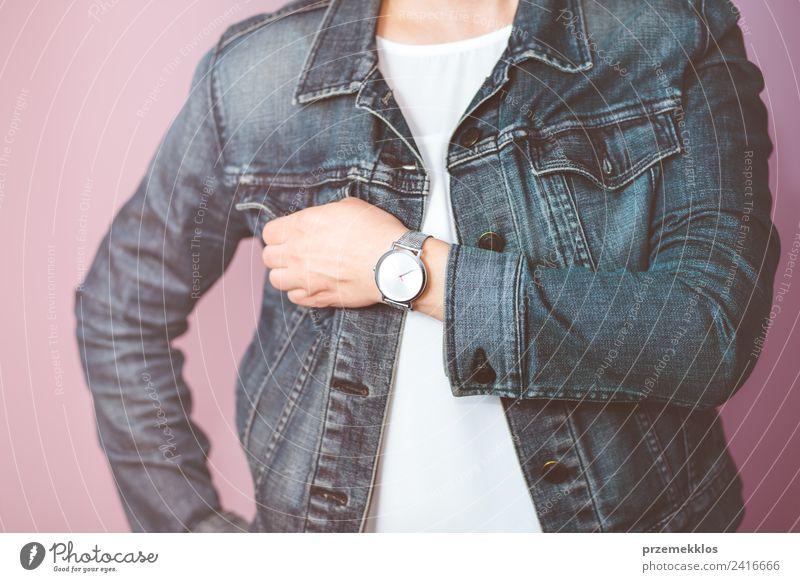 Frau mit Jeansjacke und silberner Armbanduhr Lifestyle Stil Uhr Mensch Junge Frau Jugendliche Erwachsene Körper Hand 1 18-30 Jahre Mode Jeanshose Jacke