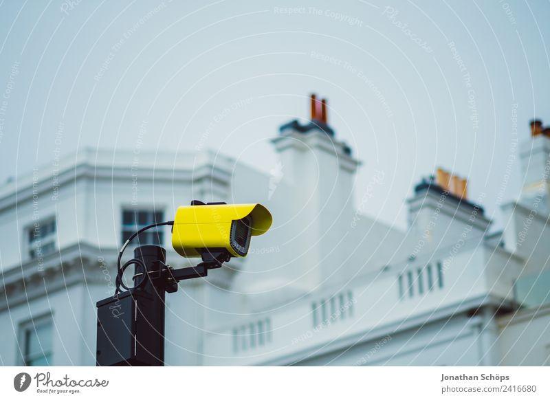 Überwachungskamera im Freien Stadt Gebäude Fassade Wachsamkeit Angst Zukunftsangst gefährlich Misstrauen Endzeitstimmung bedrohlich Ordnung Politik & Staat
