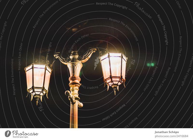 alte Straßenlaterne dunkel Hintergrundbild Textfreiraum leuchten ästhetisch historisch Hoffnung Straßenbeleuchtung Altstadt Stadtzentrum Stadtrand England