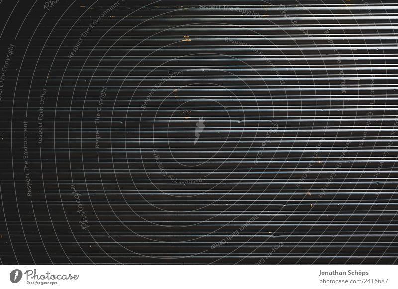 Garagentor bei Nacht alt Stadt Hintergrundbild Linie Metall Ordnung Armut Industrie einfach Schutz Industriefotografie Straßenbeleuchtung Tor England gerade