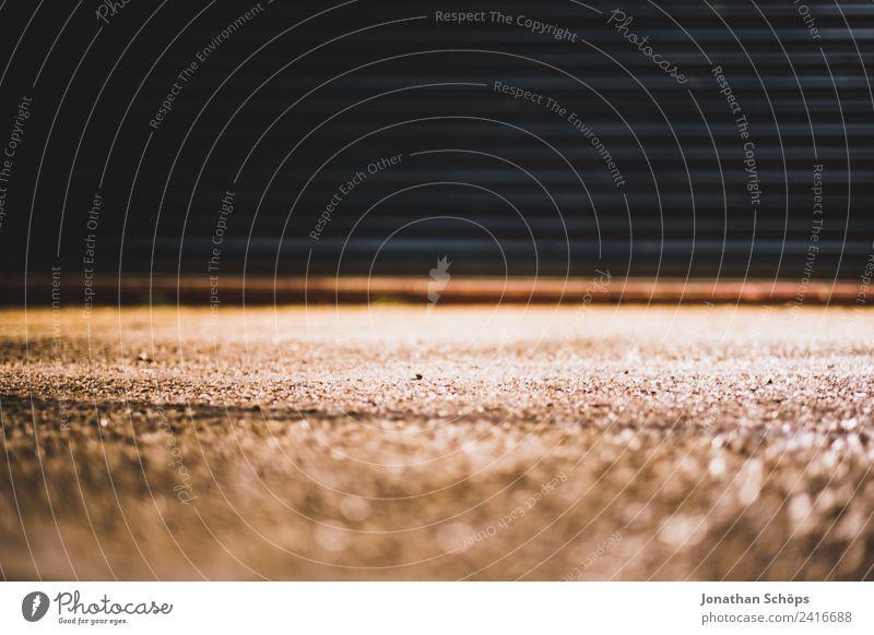 Garagentor bei Nacht alt Stadt Straße Hintergrundbild Linie Metall Armut Industrie einfach Boden Schutz Industriefotografie Straßenbeleuchtung Tor England