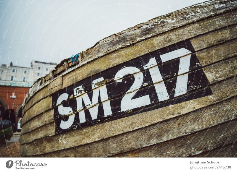 altes Fischerboot am Strand Meer Umwelt Holz Wasserfahrzeug Freizeit & Hobby retro ästhetisch kaputt Ziffern & Zahlen Hafen Typographie Schifffahrt Unbewohnt