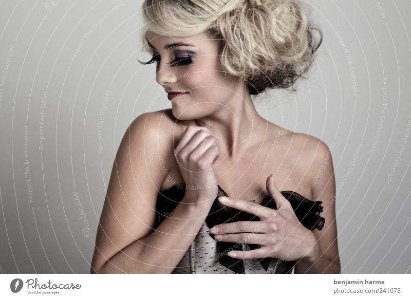 Wollust #7 Mensch feminin Junge Frau Jugendliche 1 18-30 Jahre Erwachsene blond langhaarig Locken Korsage Wimpern falsche Wimpern Erotik schön Begierde Lust