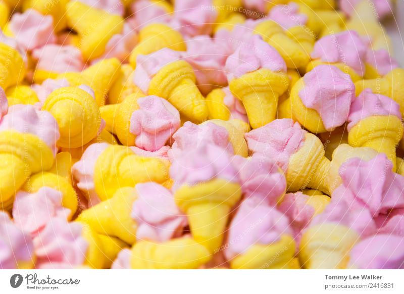 Kleine süße Süßigkeiten, rosa, gelb, in Eiscremeformen Frucht Speiseeis Design Sommer Tapete Kindheit Mode Sammlung einfach frisch hell klein oben blau Farbe