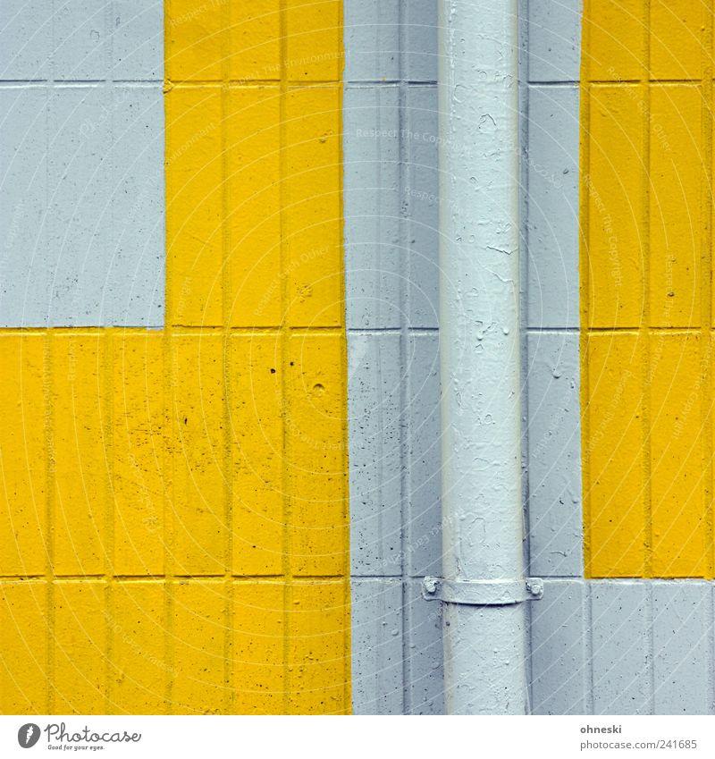 Muster Haus Bauwerk Gebäude Mauer Wand Fassade Regenrinne Fliesen u. Kacheln gelb Rohrleitung Röhren Farbfoto Außenaufnahme Strukturen & Formen