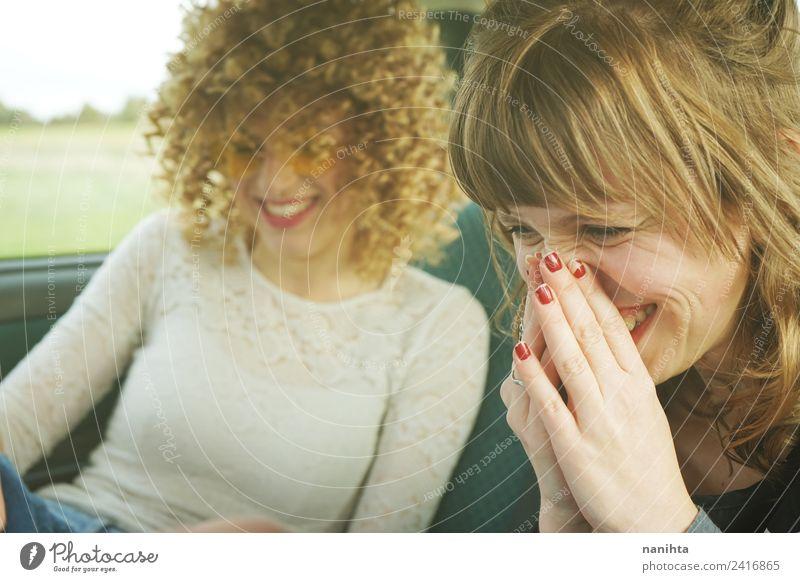 Zwei junge Frauen haben Spaß zusammen. Lifestyle Stil Freude schön Haare & Frisuren Wellness Leben Ferien & Urlaub & Reisen Ausflug Mensch feminin Junge Frau