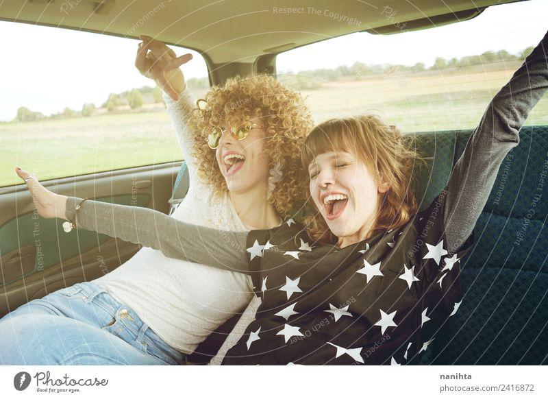 Zwei fröhliche Freunde auf einem Roadtrip Lifestyle Stil Freude Wellness Leben Ferien & Urlaub & Reisen Tourismus Ausflug Abenteuer Freiheit Mensch feminin