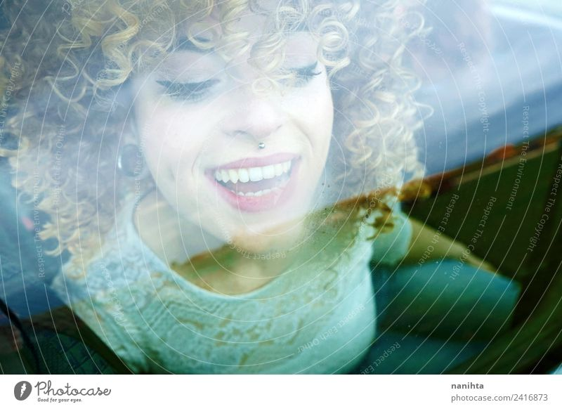 Junge glückliche Frau, die durch ein Autofenster schaut. Lifestyle Stil Design Freude schön Haare & Frisuren Haut Gesicht Wellness Freizeit & Hobby