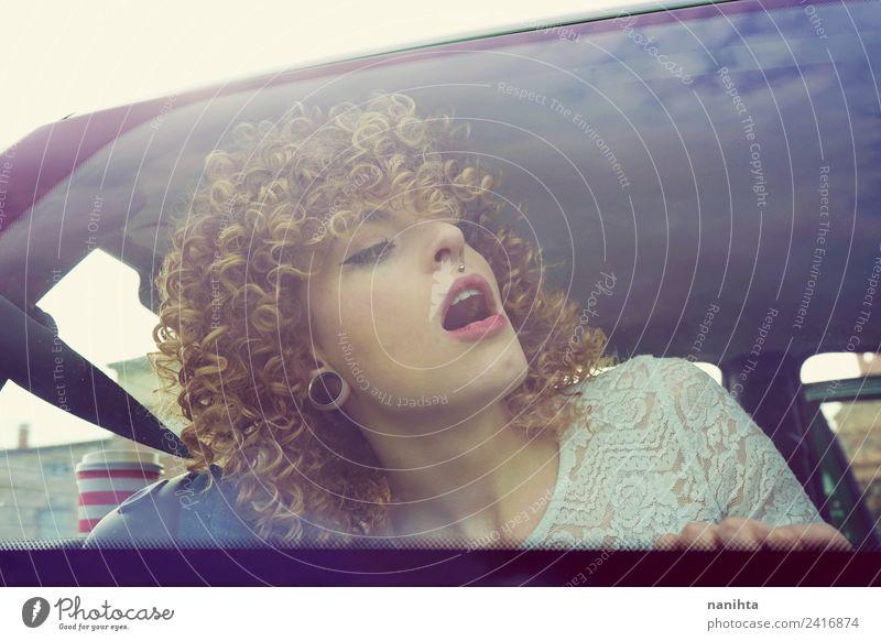 Junge überraschte Frau auf einem Roadtrip Lifestyle Stil schön Haare & Frisuren Gesicht Ferien & Urlaub & Reisen Tourismus Ausflug Mensch feminin Junge Frau