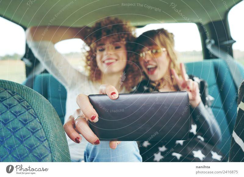 Zwei junge Freunde, die ein Selfie mit ihrem Handy nehmen. Lifestyle Stil Freude Ferien & Urlaub & Reisen Tourismus Ausflug Abenteuer Freiheit Sommer