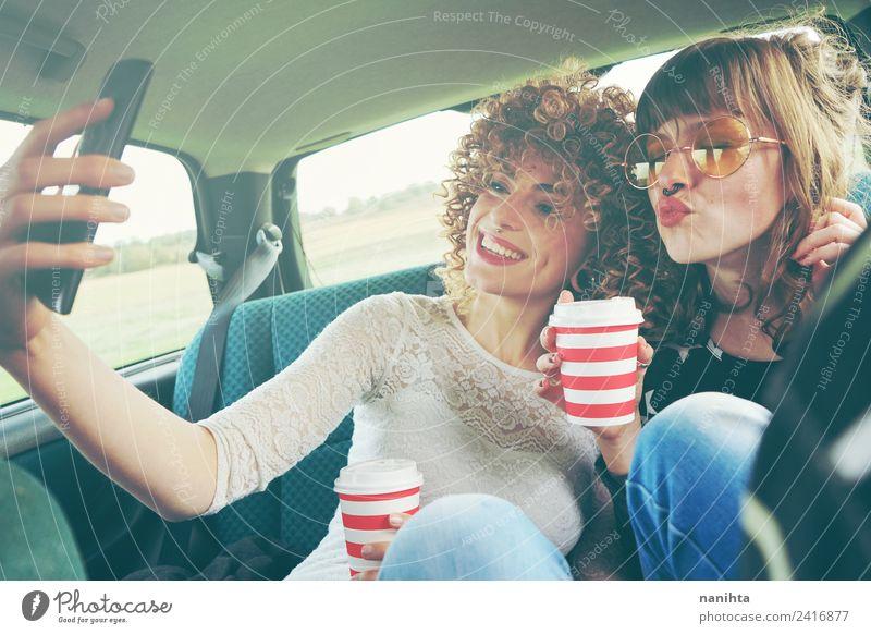 Zwei junge Freunde bei einem Selfie und Kaffee trinken. Getränk Heißgetränk Lifestyle Stil Design Freude Ferien & Urlaub & Reisen Tourismus Ausflug Handy