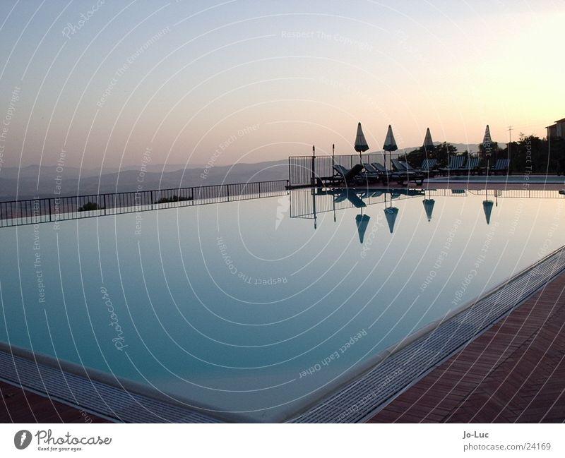 running deep Wasser Sonne blau Sommer ruhig Europa Schwimmbad Becken azurblau