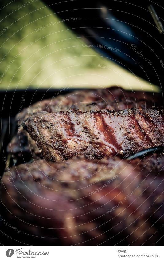 low and slow II Lebensmittel Fleisch Schweinefleisch Spareribs Rippen Ribs Slowfood Grillen Kugelgrill Duft Appetit & Hunger geräuchert Farbfoto Außenaufnahme