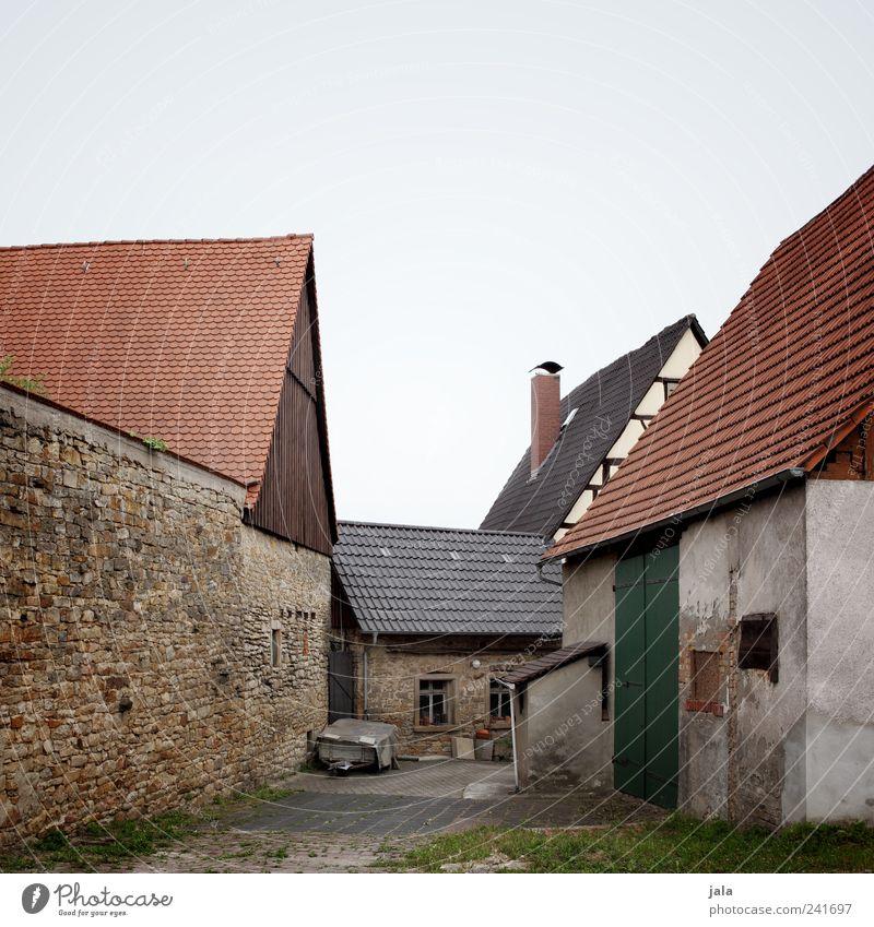 aussiedlerhof Himmel Gras Dorf Haus Platz Bauwerk Gebäude Architektur Mauer Wand Fassade Fenster Dach Schornstein trist Farbfoto Außenaufnahme Menschenleer