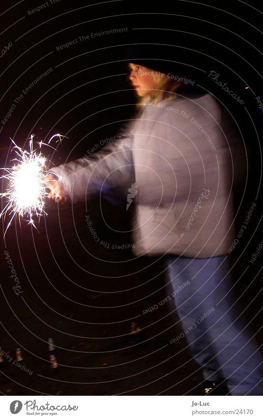 sparkling Silvester u. Neujahr Wunderkerze sprühen Rascheln Kind Mädchen Nacht Licht Langzeitbelichtung Funken hell Gesicht