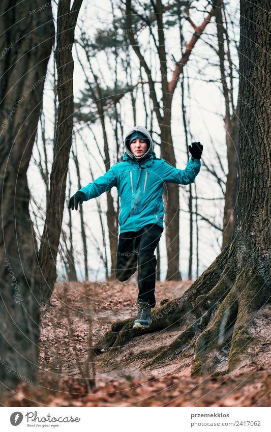 Junger Mann, der während des Trainings im Wald im Freien läuft. Lifestyle Leben Erholung Freizeit & Hobby Winter Sport Fitness Sport-Training Joggen Mensch