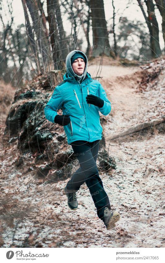 Junger Mann, der während des Trainings im Wald im Freien läuft. Lifestyle Erholung Freizeit & Hobby Winter Sport Fitness Sport-Training Joggen Mensch