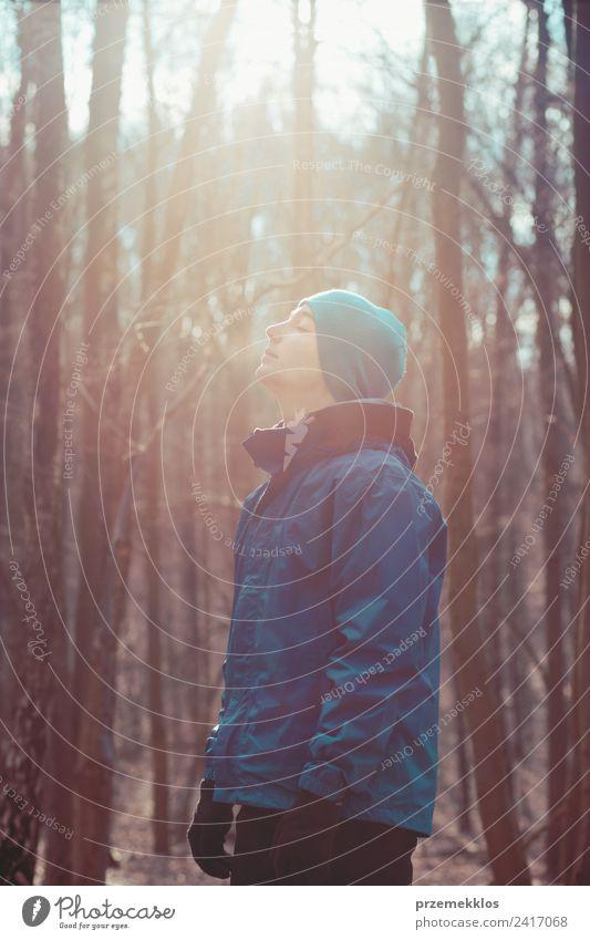 Mensch Natur Jugendliche Mann Junger Mann Baum Erholung Winter Wald Erwachsene Lifestyle Leben Herbst Sport Bewegung Freiheit