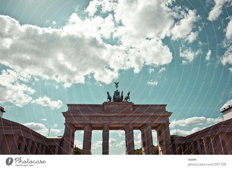Klassisch Tourismus Sightseeing Städtereise Kunst Skulptur Kultur Umwelt Himmel Wolken Schönes Wetter Hauptstadt Platz Tor Bauwerk Architektur Sehenswürdigkeit