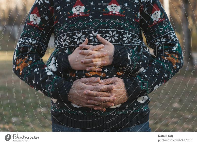 Paar Weihnachten Lifestyle Glück schön Sonne Winter Feste & Feiern Frau Erwachsene Familie & Verwandtschaft Hand Wald Handschuhe Herz Liebe niedlich retro rot