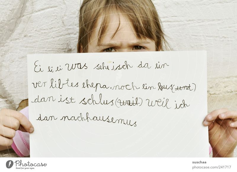schriftstellerin .. Mensch Kind Hand Mädchen Gesicht Auge Wand Kopf Haare & Frisuren Kindheit lernen Schriftzeichen Papier festhalten schreiben Zettel