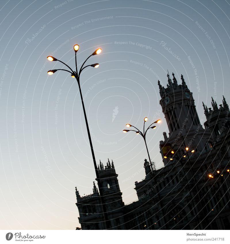 Schönstes Postamt der Welt Madrid Spanien Hauptstadt Stadtzentrum Altstadt Bauwerk Gebäude Sehenswürdigkeit Wahrzeichen ästhetisch außergewöhnlich blau schwarz