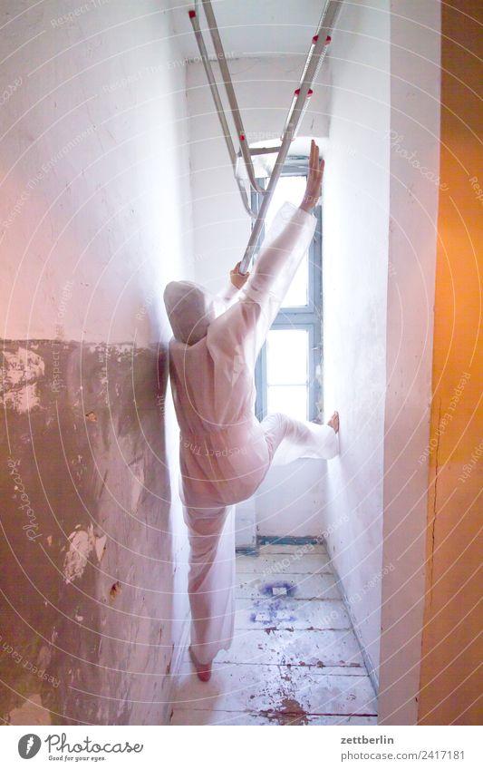 Renovieren Anzug Geister u. Gespenster Innenaufnahme Innenarchitektur Klettern Leiter Mann Maske Karnevalskostüm Mensch Raum stehen steigen Sturz Textfreiraum