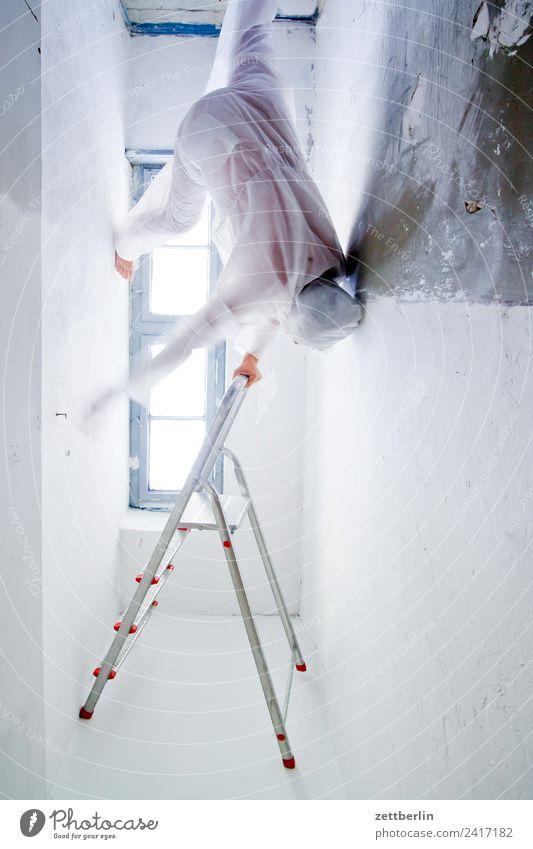 Gravitation Anzug Geister u. Gespenster Innenaufnahme Innenarchitektur Klettern Leiter Mann Maske Karnevalskostüm Mensch Raum stehen steigen Sturz Textfreiraum