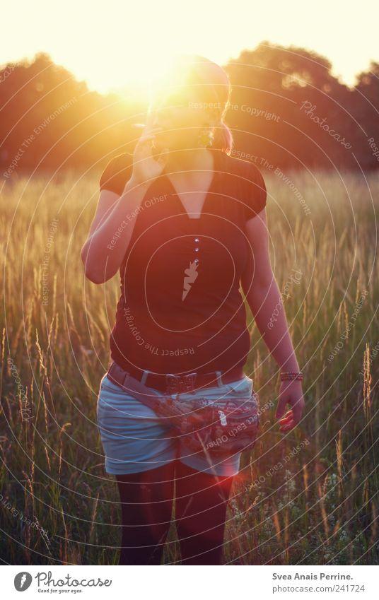 sommer. feminin Junge Frau Jugendliche 1 Mensch 18-30 Jahre Erwachsene Umwelt Schönes Wetter T-Shirt Zopf genießen Rauchen Sommer sommerlich Farbfoto
